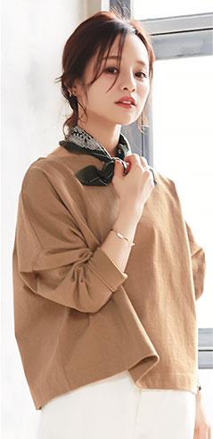 コラボアイテムのベージュ着用の田中亜希子さん