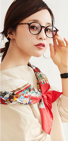 コラボアイテムのアイボリーベージュ着用の田中亜希子さん