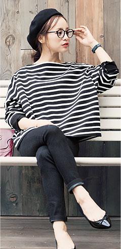 コラボアイテムのブラック×オフ着用の田中亜希子さん