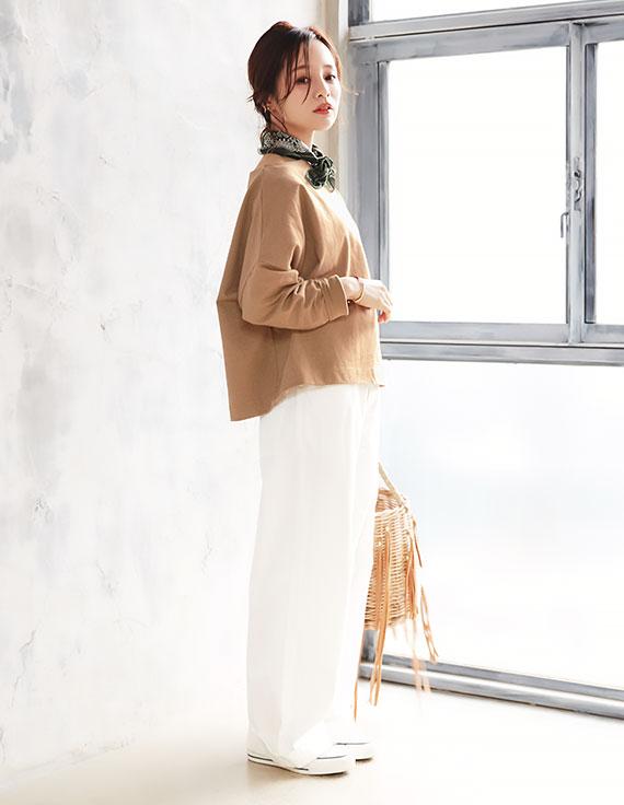 ベージュのコラボアイテムを着用した田中亜希子さん