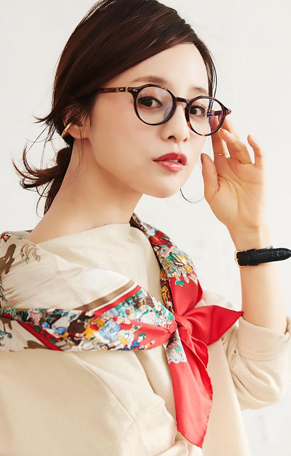 アイボリーベージュのコラボアイテムを着用した田中亜希子さん