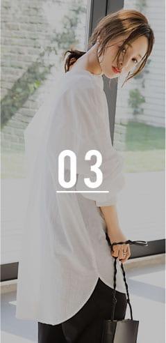 コラボアイテムのブラウスとワイドパンツを着用した田中亜希子さん