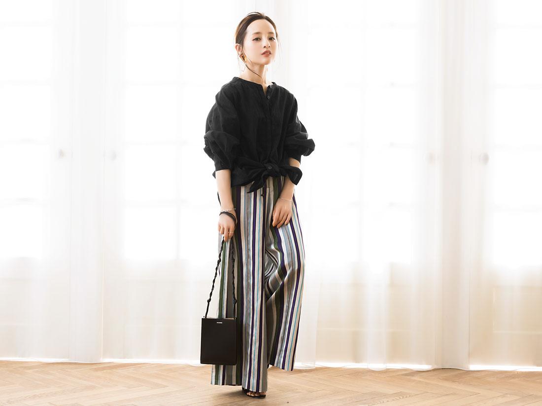 コラボアイテムのワンピースとブラウスを着用した田中亜希子さん