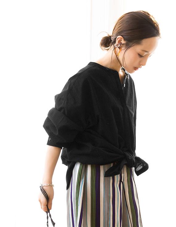 コラボアイテムのブラウスを着用した田中亜希子さん