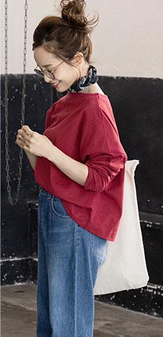 コラボアイテムのカットソーとデニムを着用した田中亜希子さん