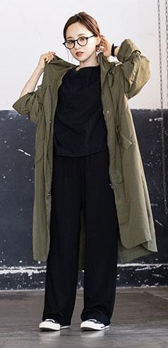 コラボアイテムのアウターとワイドパンツを着用した田中亜希子さん