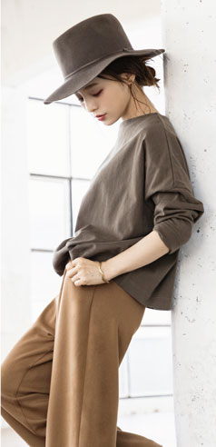 コラボアイテムのカットソーとワイドパンツを着用した田中亜希子さん