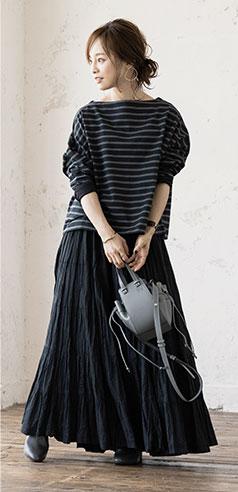 コラボアイテムのカットソーとスカートを着用した田中亜希子さん