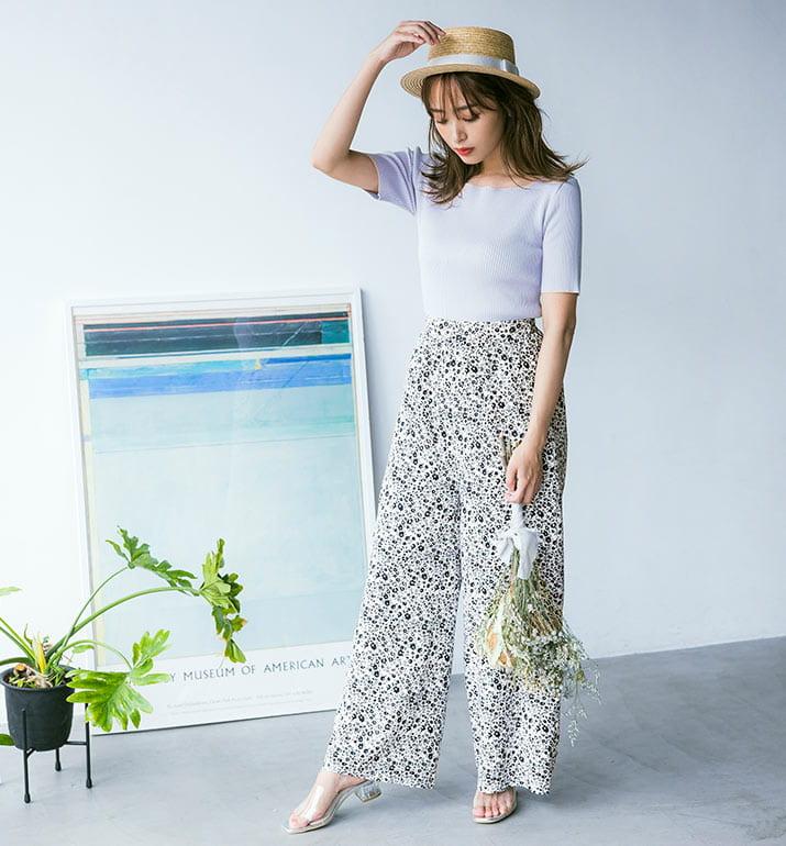 ホワイトの小花柄のパンツを履いた近藤千尋さん