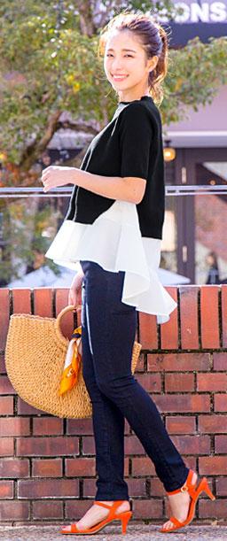シャツレイヤード半袖ニットを着た女性