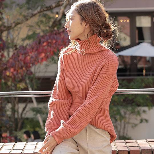 リブ編みもっちりボリューミーニットトップスを着た女性