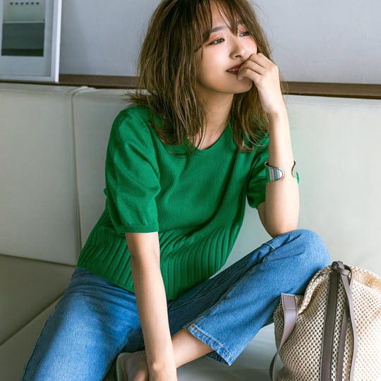 グリーンカラーのニットを着た女性