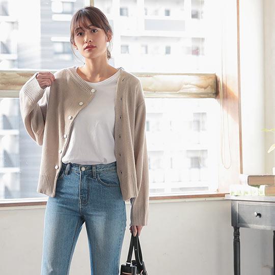 デザインボタンニットを着た女性