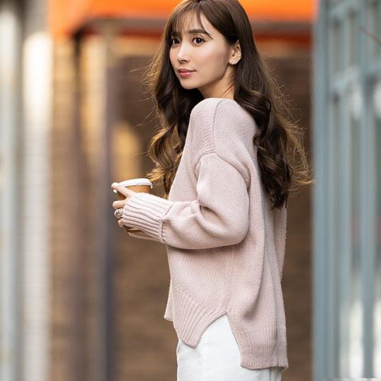 岡部あゆみさんコラボ袖折り返しニットを着た女性