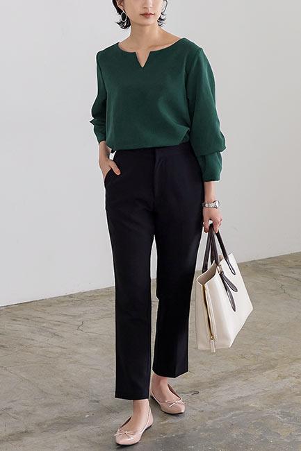 仕事向きでオフィスカジュアルに最適なベーシックカラーシャツ、ブラウスコーディネートした女性