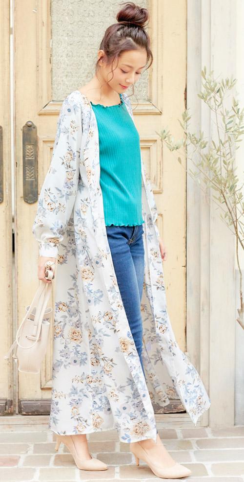 花柄のぬき衿マキシ丈シャツロングワンピースを着たモデル