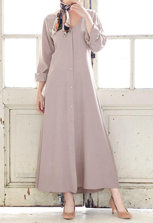 ピンクベージュのぬき衿マキシ丈シャツロングワンピースを着たモデル