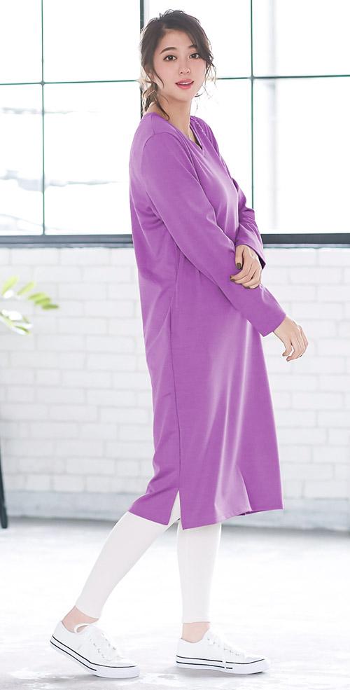 ピンクのシンプルVネックワンピースを着たモデル