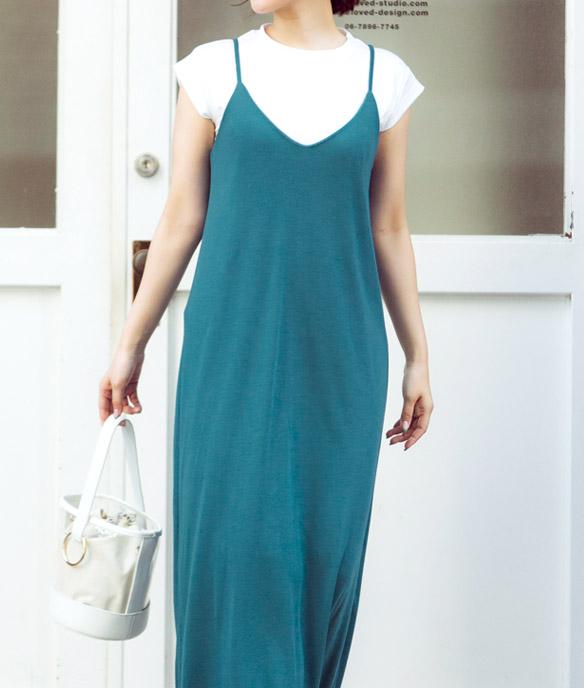 ブルーグリーンのキャミカットソーワンピースを着たモデル