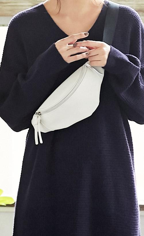 ネイビーのワッフル編み地ニットワンピースを着たモデル