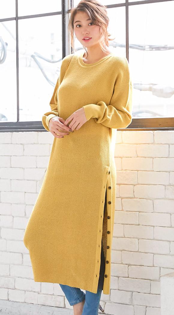 イエローのワッフル編み地ニットワンピースを着たモデル