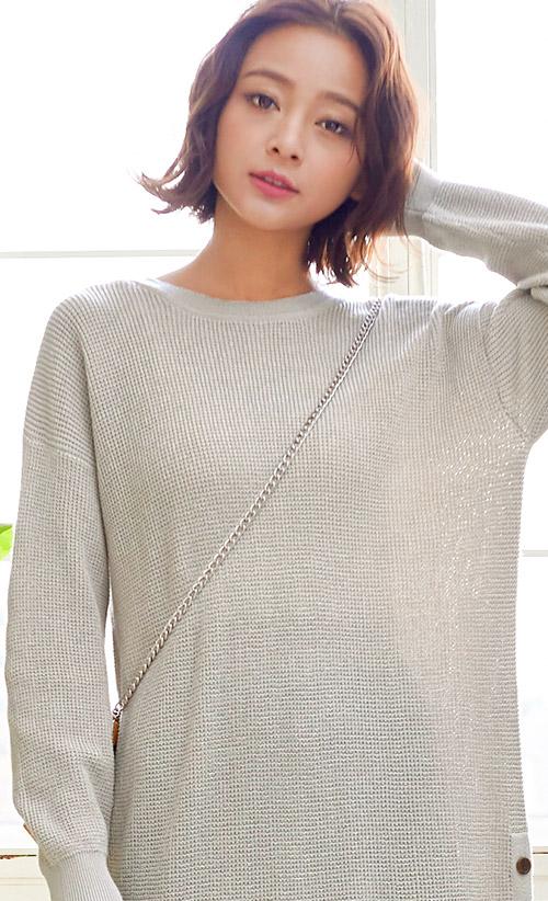 グレーのワッフル編み地ニットワンピースを着たモデル