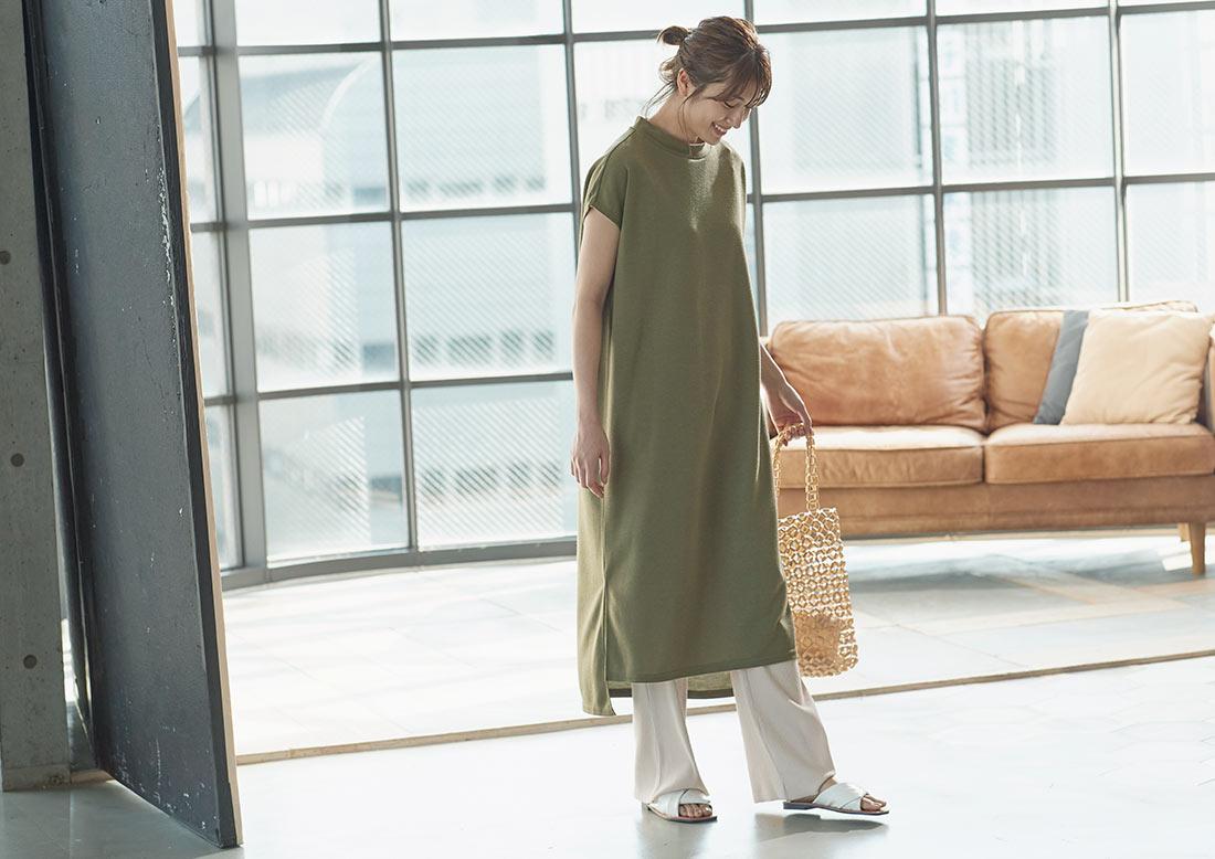 フレンチスリーブワンピースを着た女性
