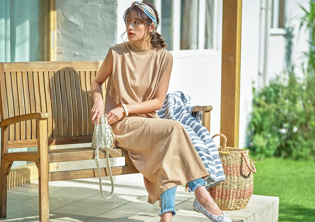 ネイビーの汗染み防止ノースリスリットワンピースを着た女性