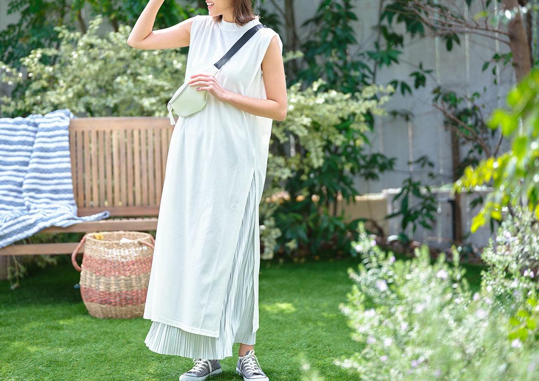 ミントの汗染み防止ノースリスリットワンピースを着た女性