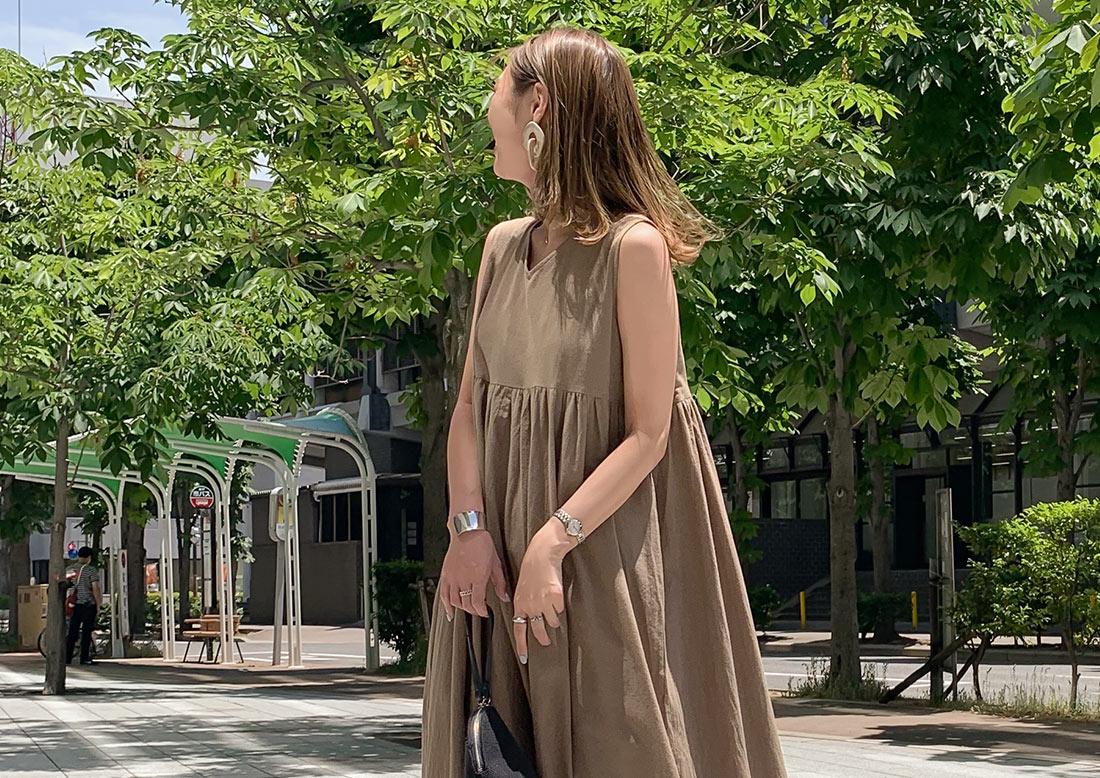フレアワンピースを着た女性