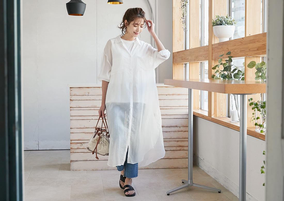 シアーロングシャツワンピースを着た女性