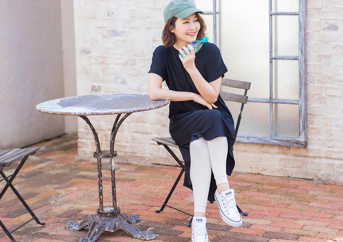 UVカットワンピースを着た女性