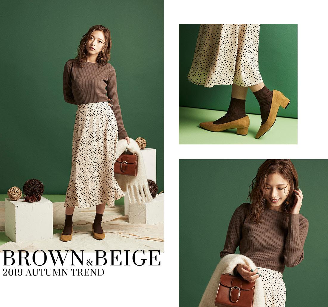 ブラウンのニットを着た女性