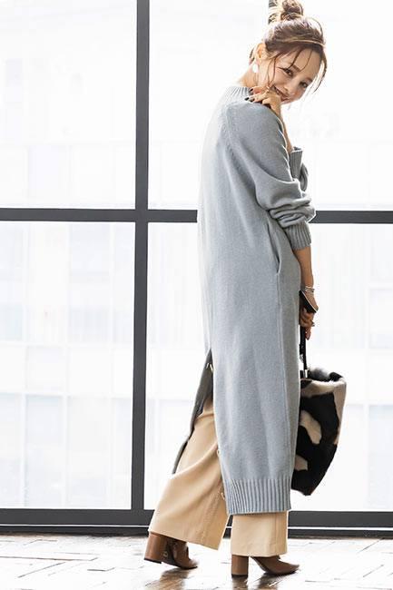 レイヤードのアイテムを着た女性