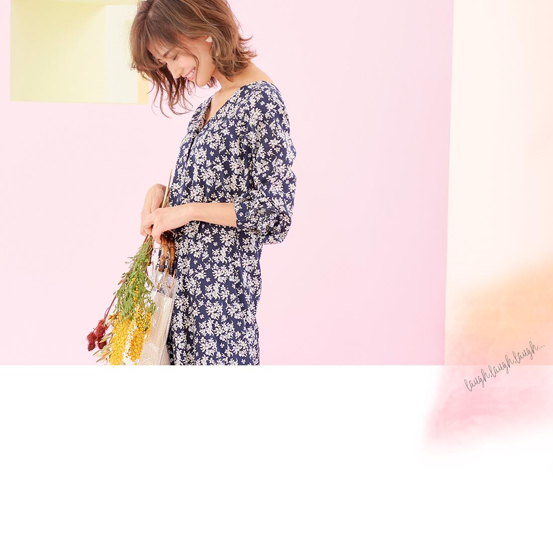 デニムジャケットと花柄スカートを着た女性