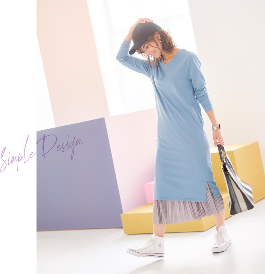 ミニ裏毛ロングワンピースとプリーツスカートを着た女性