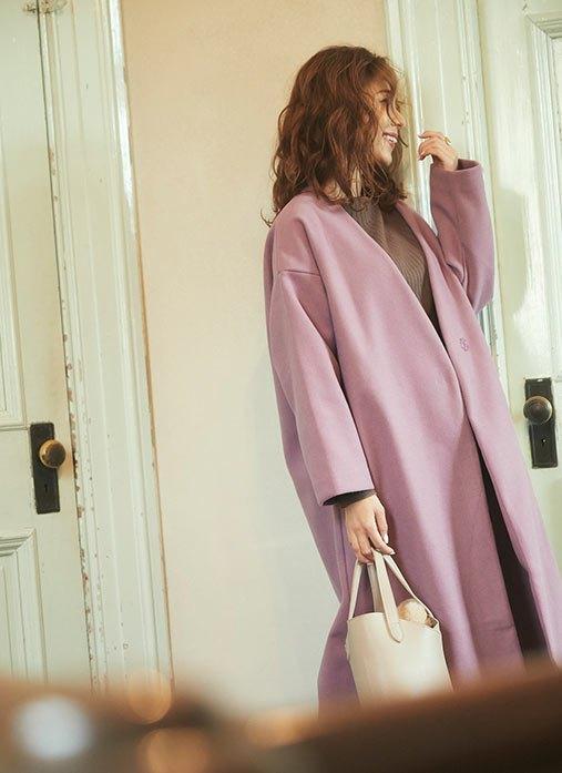 ピンクのロングコートを着た女性