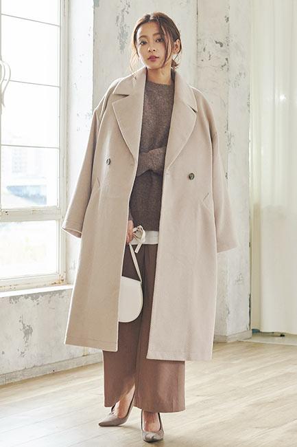 ロングコートを着た女性