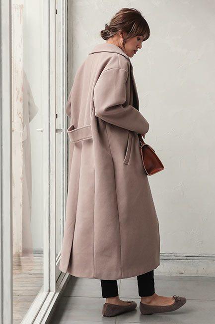 ビッグシルエットのコートを着た女性